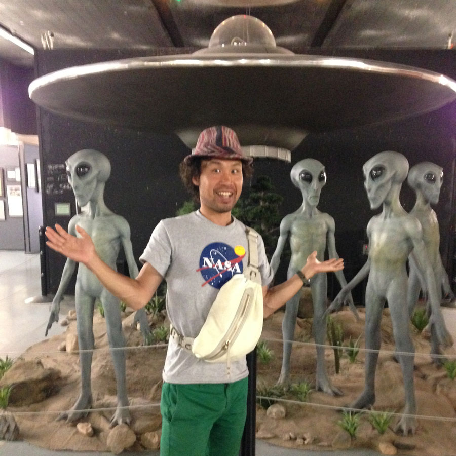 UFOの前で記念撮影
