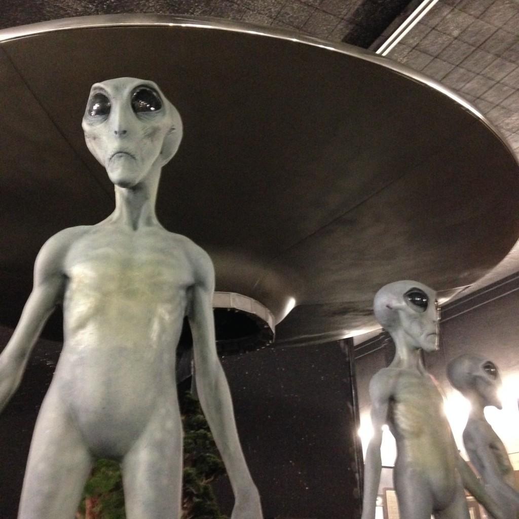 UFOから降り立つ宇宙人!