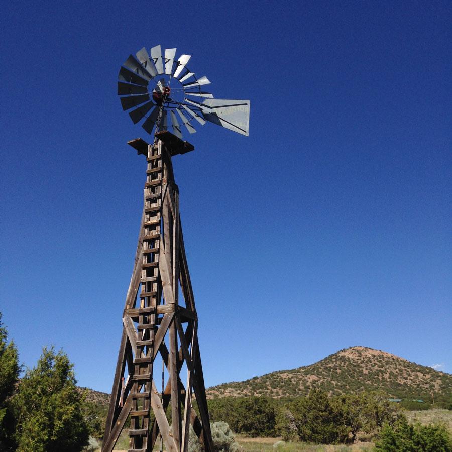 荒野にそびえる風車