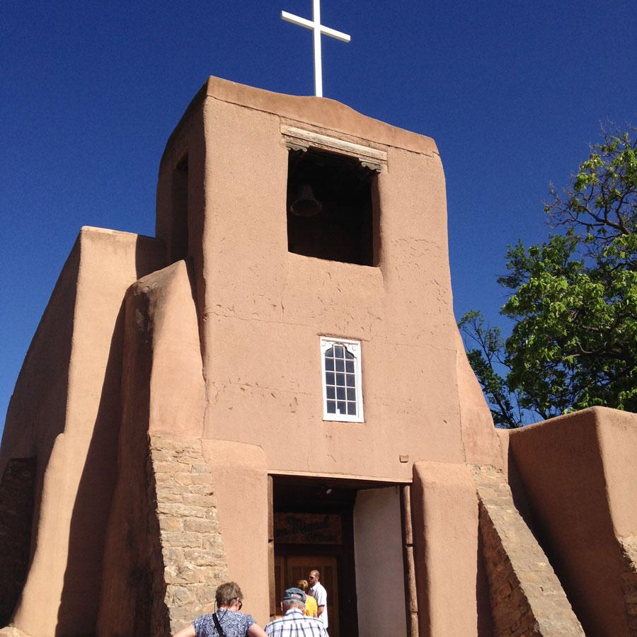 茶色い壁の教会。