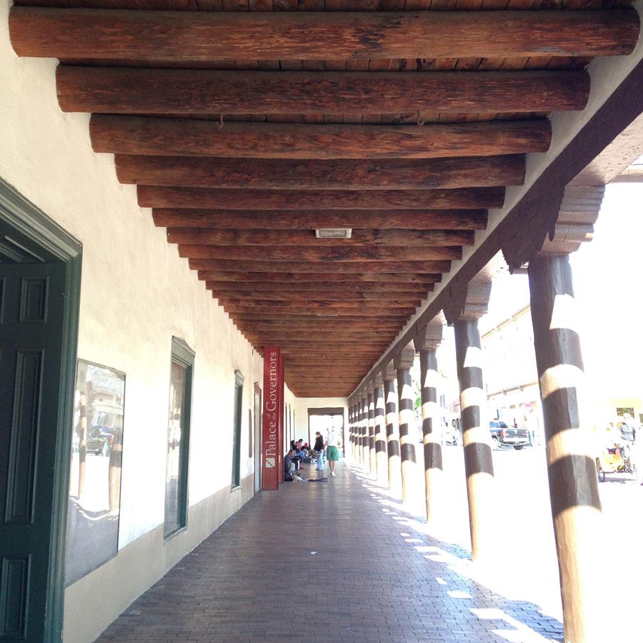 中心にある公園プラザ周辺の回廊