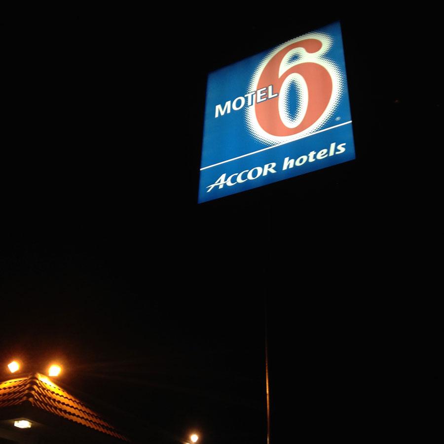 モーテル6の看板