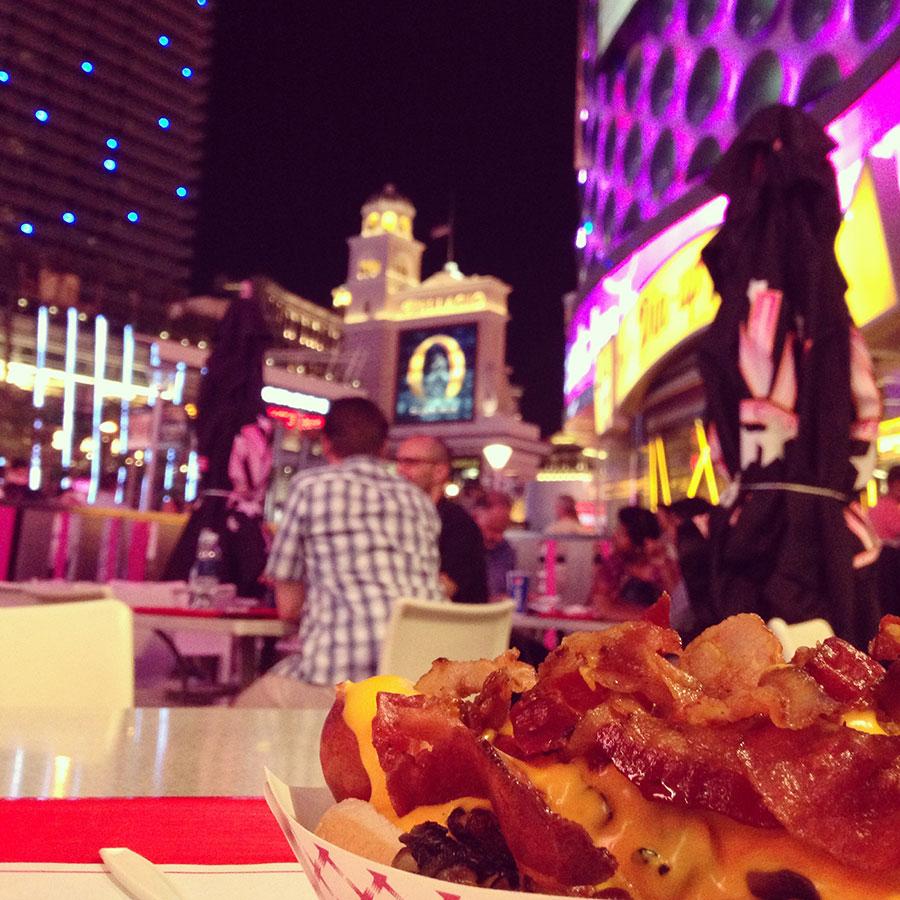 ホットドッグとラスベガスの夜景。